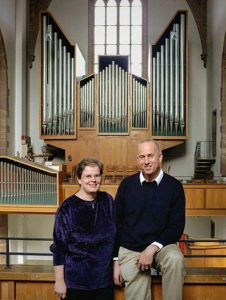 Eva-Magdalena und Peter Ammer vor ihrer Orgel in Nagold